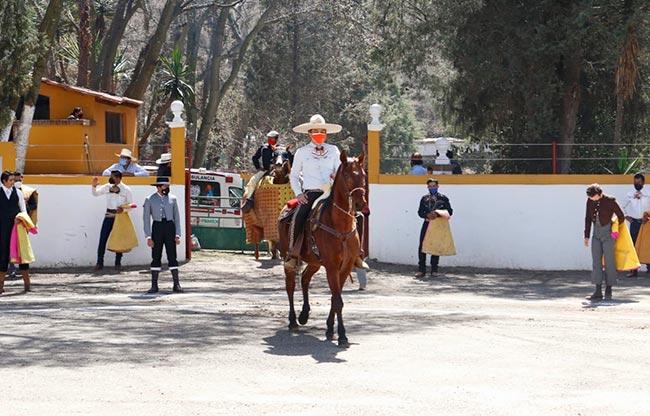 triunfo en la primera novillada de la temporada mexicana en rancho la escondida