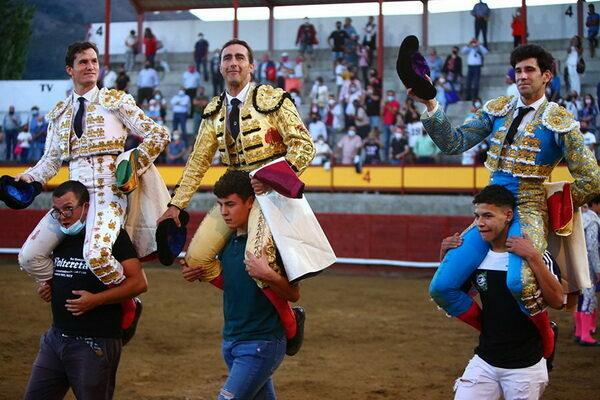 El Fandi, Luque y López Simón a hombros en Navaluenga